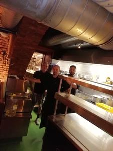 Küchenchef Paul mit seinen Küchenmitarbeiter wartet auf euch